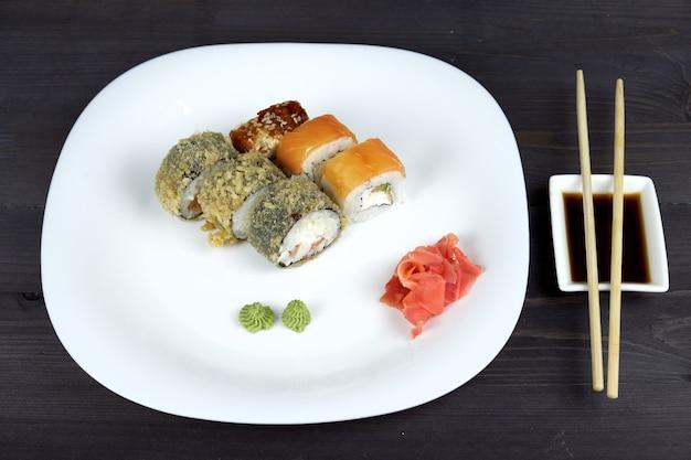 白い皿に巻き寿司