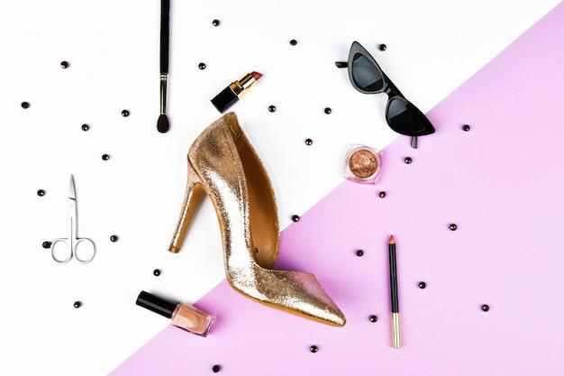 Женская обувь и аксессуары. корзина и женские аксессуары. женские аксессуары, на розовой космической пастели. концепция красоты и моды. вид сверху, плоский минимализм. плоская планировка