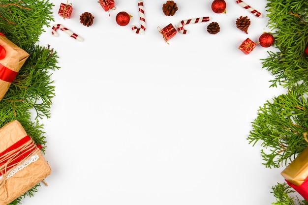 Рождественская композиция на белом фоне.