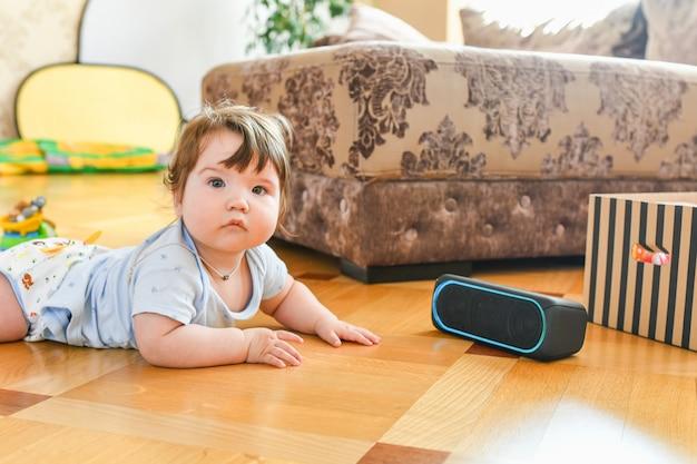 Ребенок слушает портативную акустическую систему. слушать музыку с раннего возраста