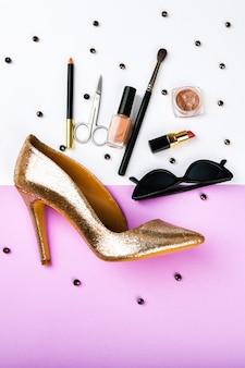 Женская обувь и аксессуары. корзина и женские аксессуары. женские аксессуары, на розовом фоне пастель. концепция красоты и моды. вид сверху, плоский минимализм. плоская планировка