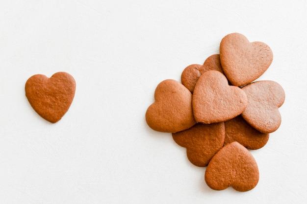 Шоколадные сердечки. на белом фоне сердца. любовь к вышкам
