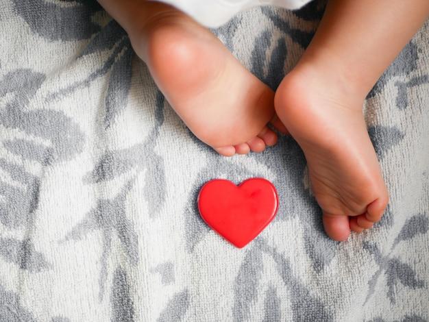 生まれたばかりの赤ちゃんの心と足