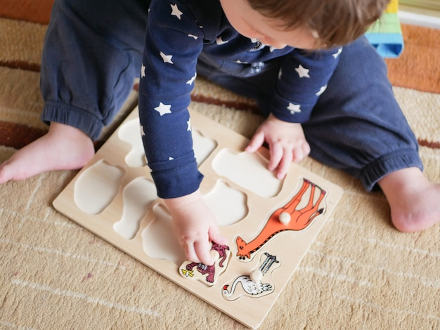 Ребенок играет в игру, развивающую двигательные навыки