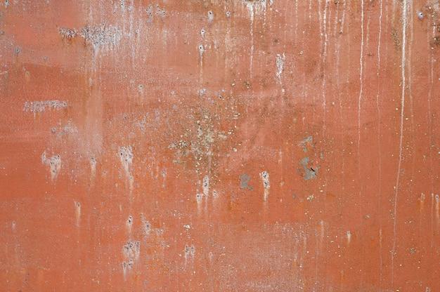 茶色の金属の背景。ペンキを注いだ。金属の質感