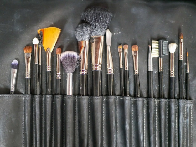 Кисти для макияжа. инструменты для макияжа. после чистки кисточки закончите и высушите щетину для повторного использования.