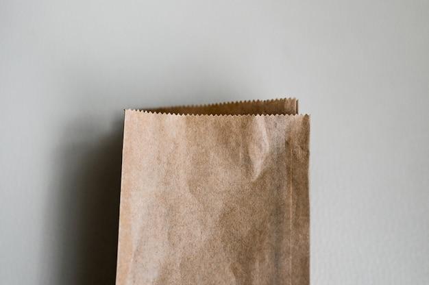 白い背景の上のクラフトペーパーバッグ