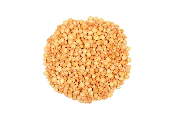 孤立したスペースに生エンドウ豆。乾燥エンドウ豆のヒープ