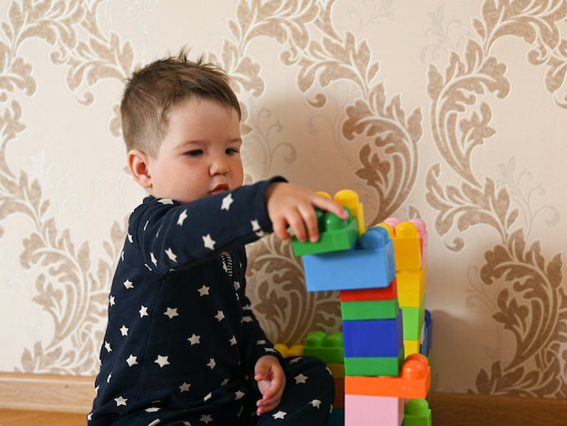 子供は独立してデザイナーのクローズアップで遊ぶ。