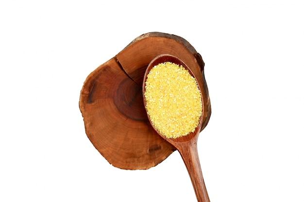Деревянная ложка и кукурузная крупа