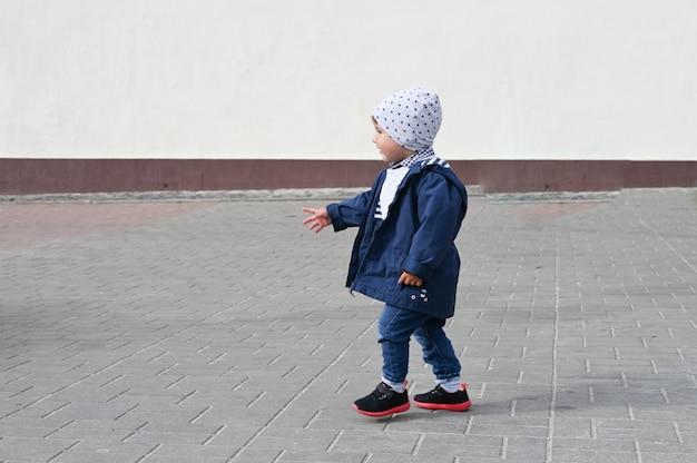 子供は通りのタイルの上を歩きます。碑文の場所