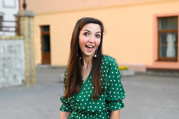 Девушка улыбается на улице в городе