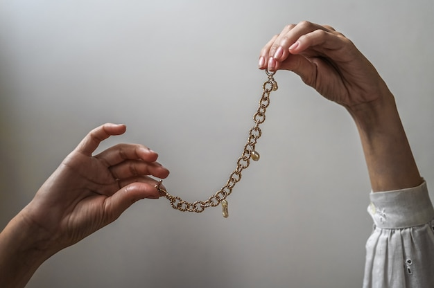Женские руки с украшениями
