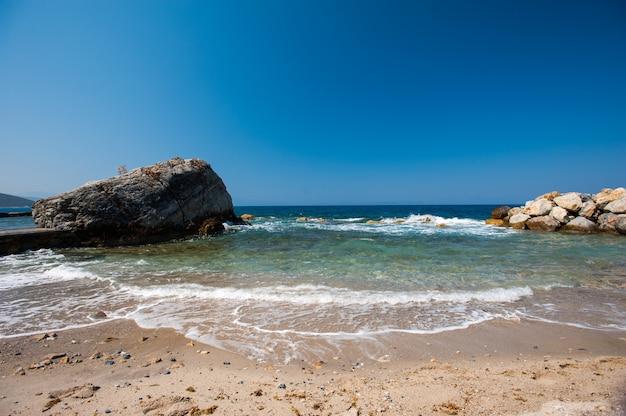 海岸に石があり、川の近くに大きなビーチ