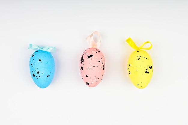 Разноцветные яйца с черными точками