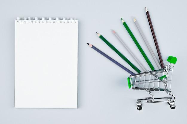 鉛筆トップビュークローズアップとトロリーのノート