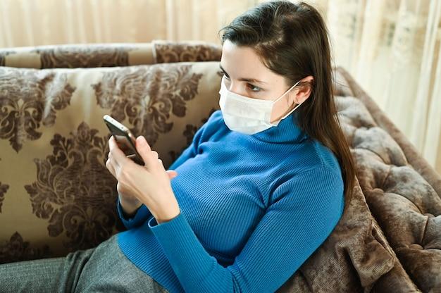 Больная женщина зовет к врачу