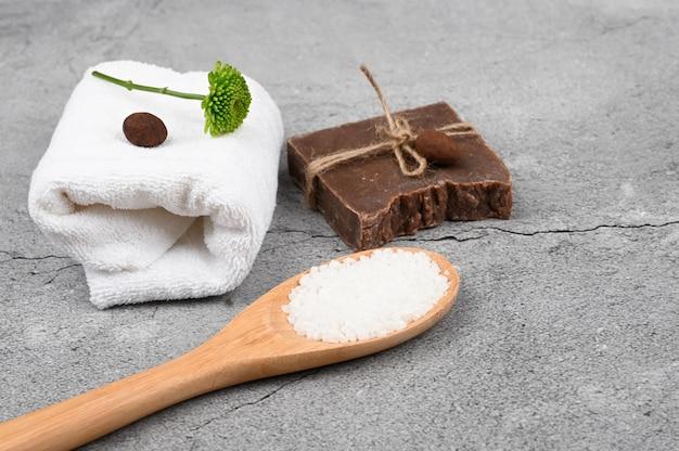 Плоский уход за кожей. плоская планировка с аксессуарами, спа-косметикой, солью для ванн, кремом и полотенцами. средство для ухода за кожей, натуральная косметика, плоская укладка.