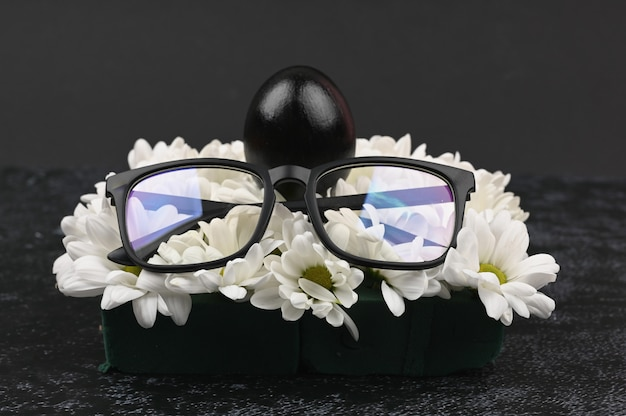 黒眼鏡と卵。ブラックイースターのコンセプトです。黒い卵。黒人のためのイースター。