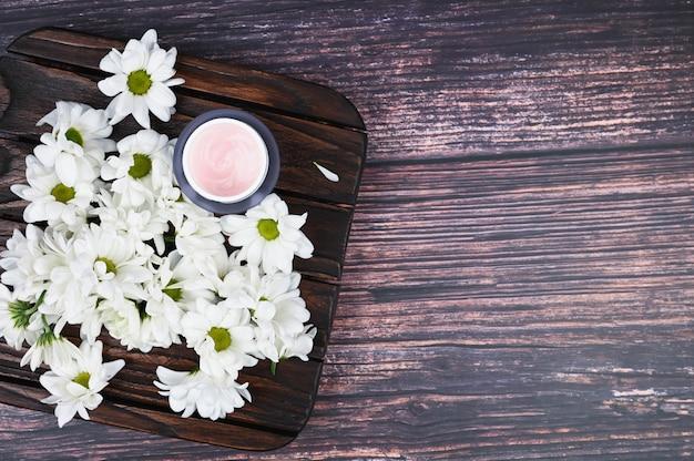 木製の背景にエコクリーム。健康な肌のための天然クリーム。自然化粧品。自然医学のコンセプト。フラット横たわっていた。