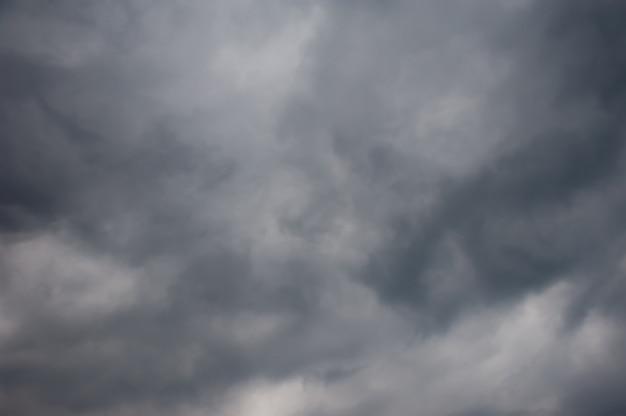 近づいてくる雨、雲の中の暗い空