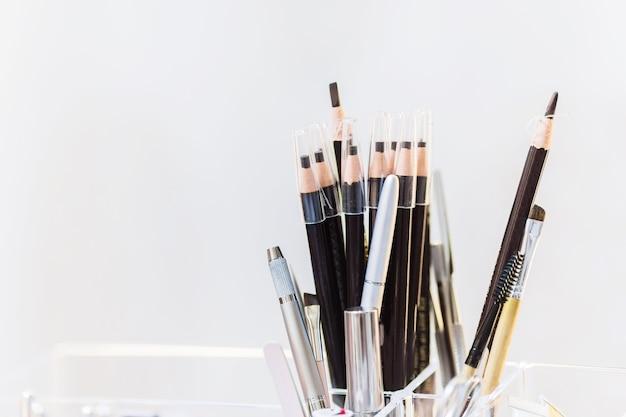 白い背景の眉毛の鉛筆のボックス