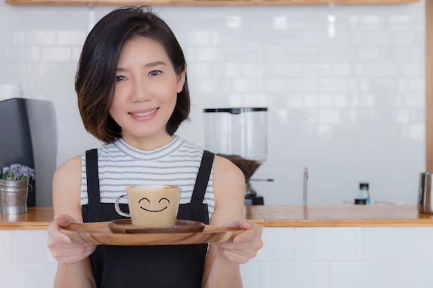 アジアのスマートな女性のカフェオーナーのビジネス