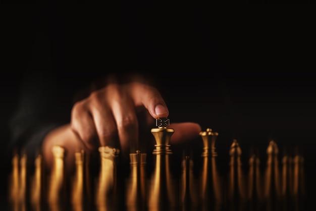 ビジネス戦略ブレインストームチェスボードゲームは、手タッチ黒背景