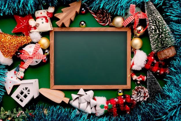 アイテムを飾るクリスマスイブの休日とお祝いお祝い背景アイデアコンセプト