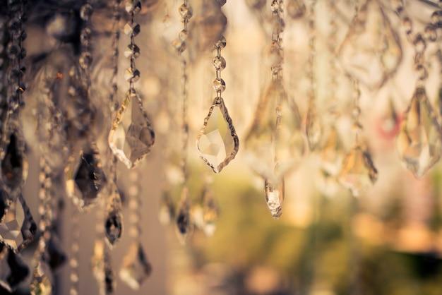 ぼかしとデフォーカスクリスタルシャンデリア光沢のあるキラキラ抽象的な背景
