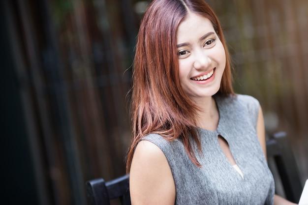 美しいアジアの女の子幸せとリラックスポーズ