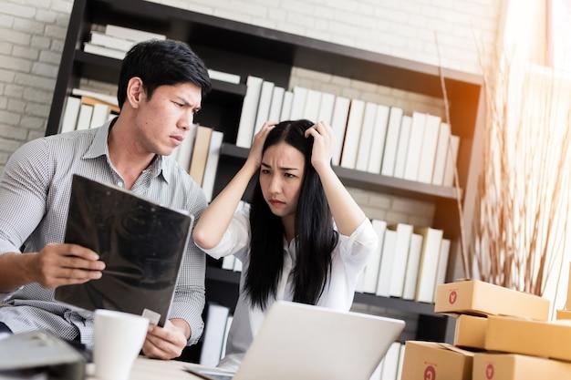 Бизнес-онлайн-маркетинг с двумя сотрудниками встречает плохую прибыль в бизнесе