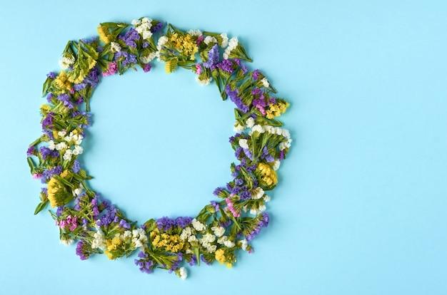 青い表面、円形の色の花。フラットレイ