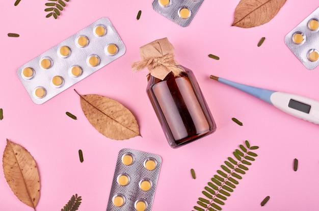 薬の背景 - 薬局。ピンクの背景に薬の丸薬。平置き画像
