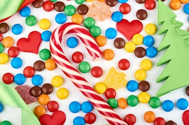 背景色の丸いキャンディーと抽象的なパターン。カラフルなお菓子のトップビュー。平置き画像
