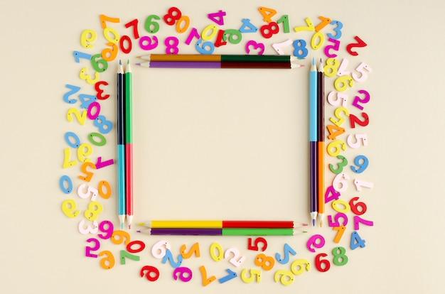 ベージュ色の背景に色付きの木製番号構成。