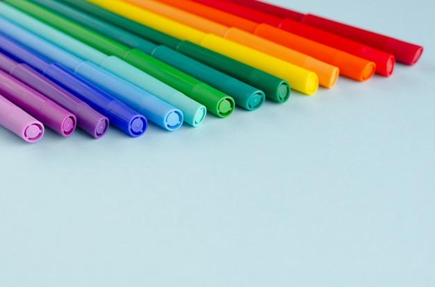 青の背景に色のフェルトペン組成。