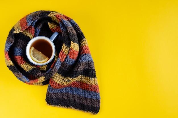 ティーカップとレモンスライスの組成を持つウールスカーフ