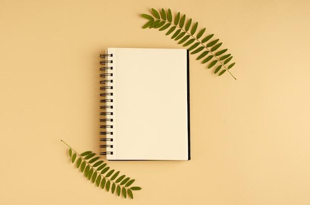 緑の葉、アカシアの枝、メモ帳の構成