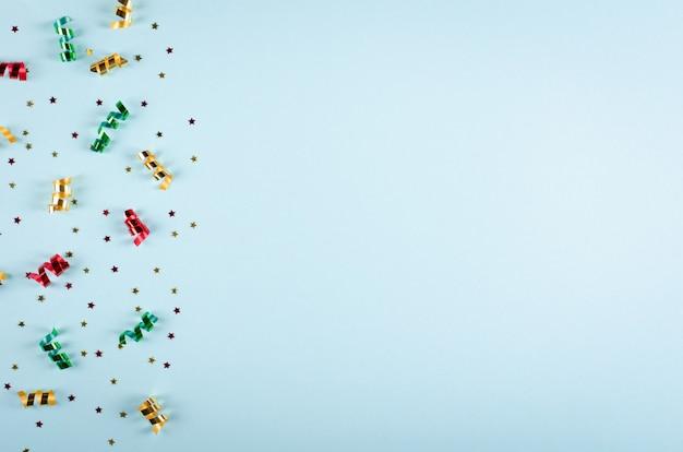 青色の背景、パーティー、お祝いの装飾の色の紙吹雪と気球の組成。
