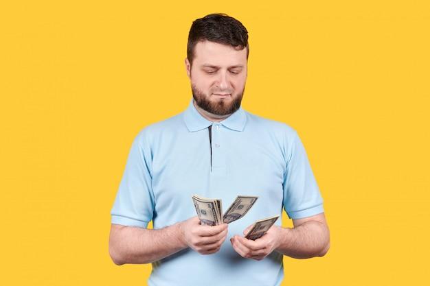 男は紙幣、ドルを数えます。