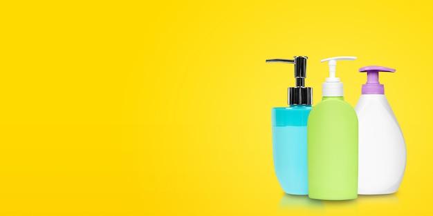 Различные бутылки жидкого мыла.