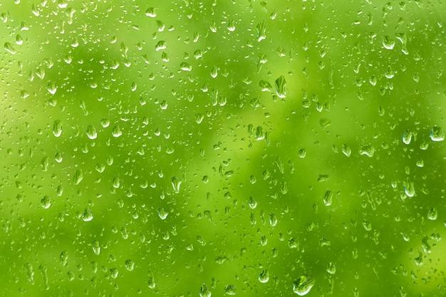 ウィンドウペインの雨滴。