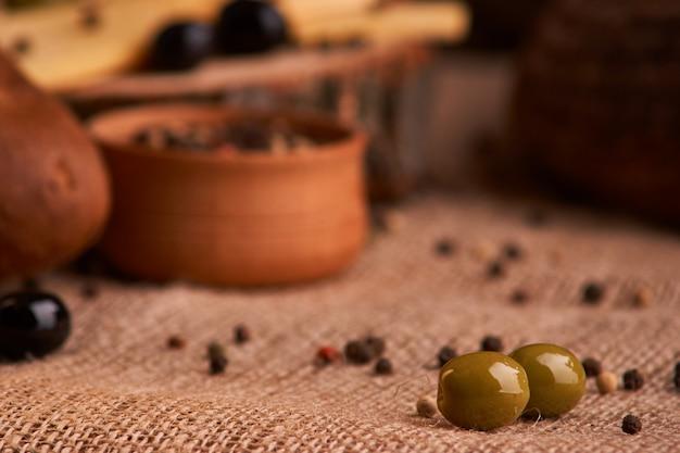 Оливка на столе в хлебе, багете и сыре.