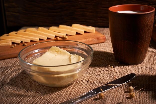 Масло и сыр и молоко на завтрак