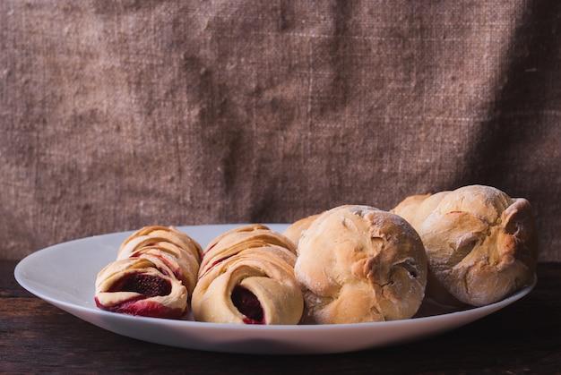 ブルーベリーとブラックベリーの木製の自家製オーガニックベリーパイ
