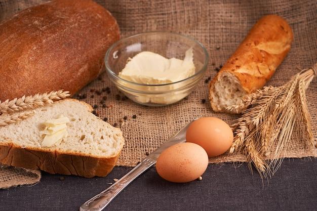 おいしい家庭料理のパンとバターの概念をクローズアップ