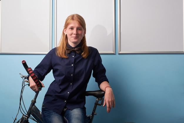 自転車に乗る若い女性の肖像画