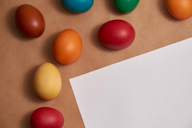 Цветные пасхальные яйца с копией пространства