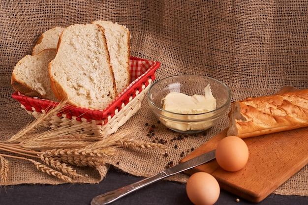 Различный хлеб и пшеница на деревенской таблице.